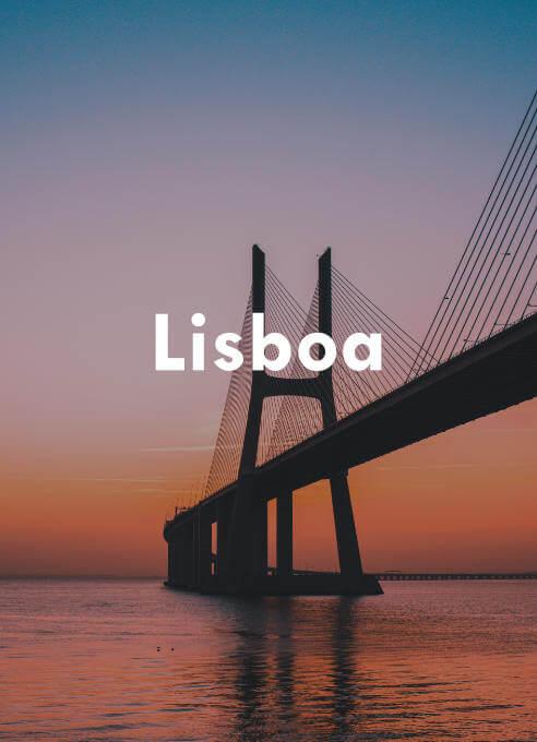 Nuestro buscador de vuelos baratos te lleva a Lisboa para que puedas disfrutar de la puesta de sol desde su famoso puente.